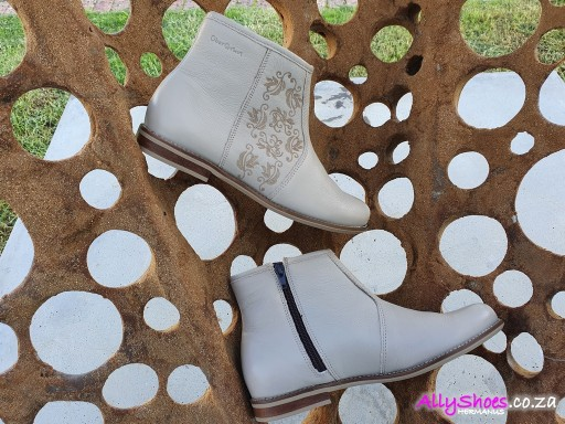 Uber Gruvi, LLB 09, Taupe (size UK 9 only)